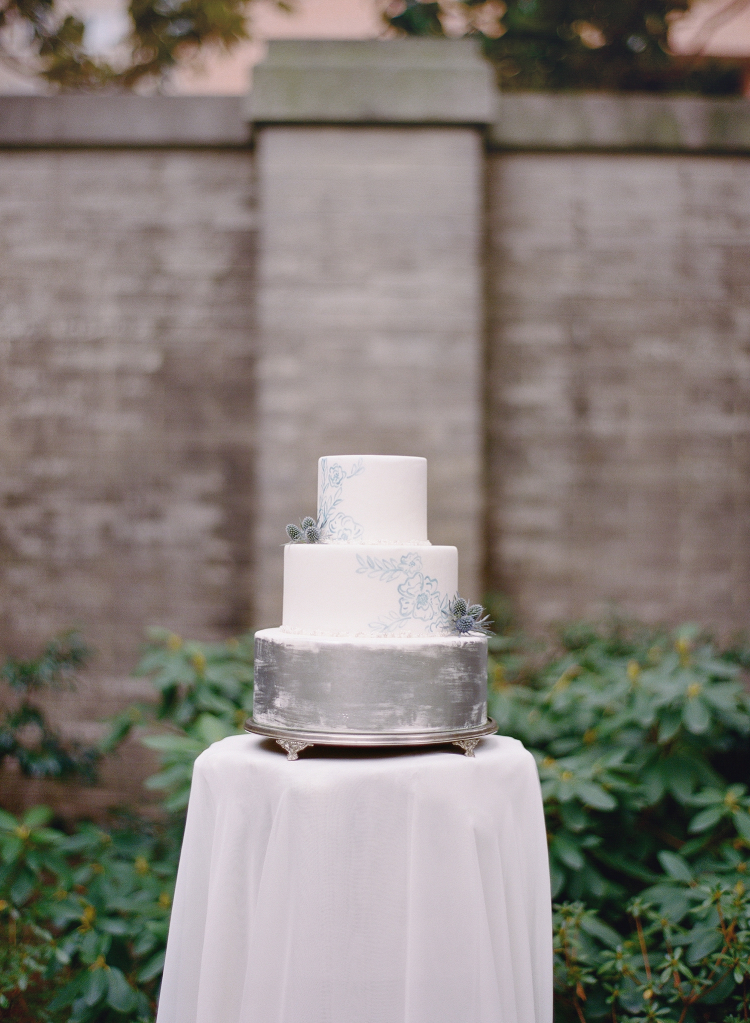 silver and blue wedding cake inspiration